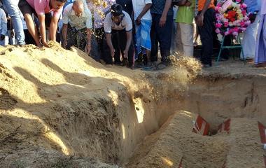 Bildet viser gravleggingen av en liten gutt og hans søndagsskolelærer som døde i den ene eksplosjonen.