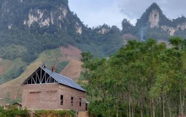 Et stort kirkebygg i en storslagen natur - men myndighetene krever at det skal rives.