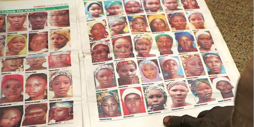 Bilder av de kidnappede chibok-jentene i en lokalavis i forbindelse med kidnappingen