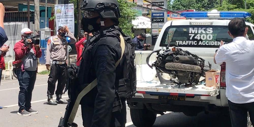 Bombernes ødelagte motorsykkel ble fraktet vekk fra den romersk-katolske kirken i Makassar, Sør-Sulawesi etter bombeangrepet på palmesøndag.