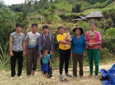 Ai og Liem sammen med familien opplevde at landsbybeboere brant opp risavlingene og slaktet og skadet kyrne deres