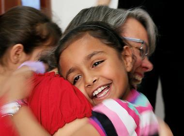 En av Open Doors medarbetare får en kram av en syrisk flicka som är flykting i södra Turkiet.