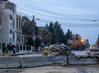Blockad av sandsäckor och betong på en gata i Qamishli i nordöstra Syrien.