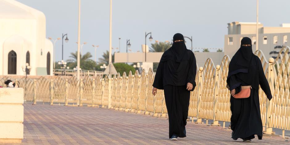 Två kvinnor är på väg bort från Kungliga Fahd-moskén i Saudiarabien.