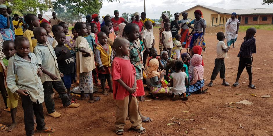 Många människor i Nigeria har tvingats fly från sina hem på grund av våldsattacker. Några av dem är dessa barn, i ett läger för internflyktingar.
