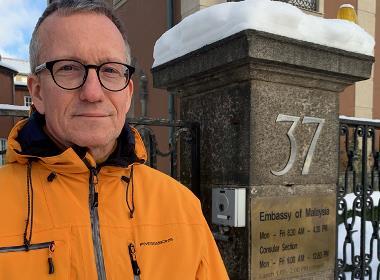 Peter Paulsson utanför Malaysias ambassad i Stockholm för att lämna över petitionen till stöd för Raymond Koh.