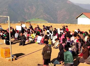 Hundratals kristna har samlats till bön för Myanmar, på ett fält i en by i delstaten Chin i nordvästra delen av landet.