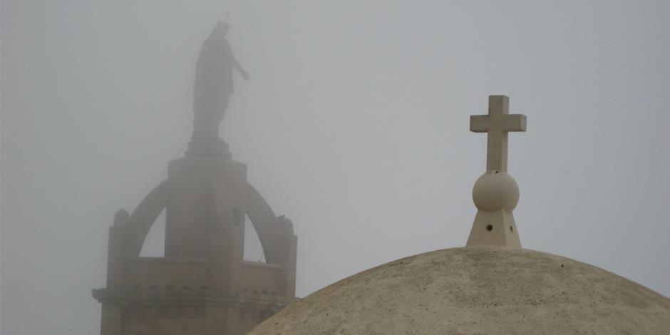 Toppen av en kyrkobyggnad i området som mannen kommer i från.