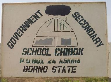 I samband med kidnappningen sattes gymnasieskolan i Chibok i brand. Skylten finns kvar intill resterna av skolan.