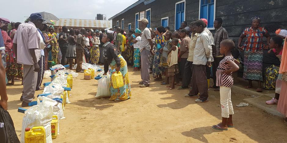 Nödhjälp delas ut till människor i norra Kongo, som har tvingats fly efter ADF:s attacker.