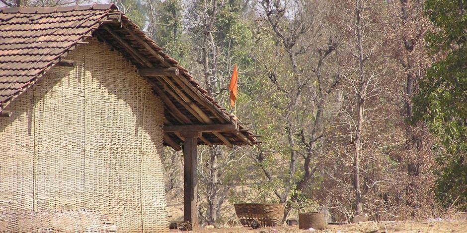 Ett hem på landsbygden i Gujarat. Den saffransgula flaggan på taket signalerar lojalitet med den hindunationalistiska hindutva-ideologin.
