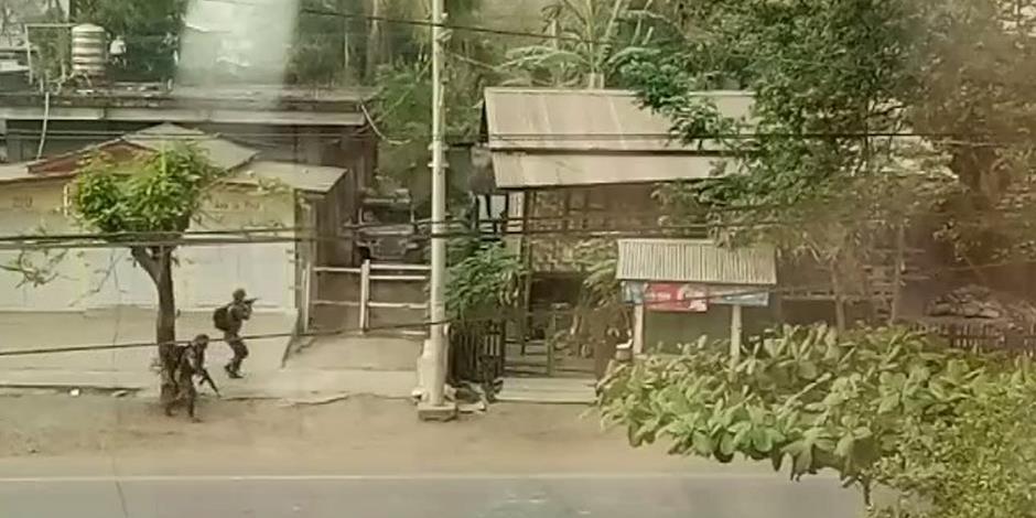 Soldater patrullerar en gata i Myanmar i jakt på demonstranter (bilden har inget samband med de nämnda kyrkorna i texten).