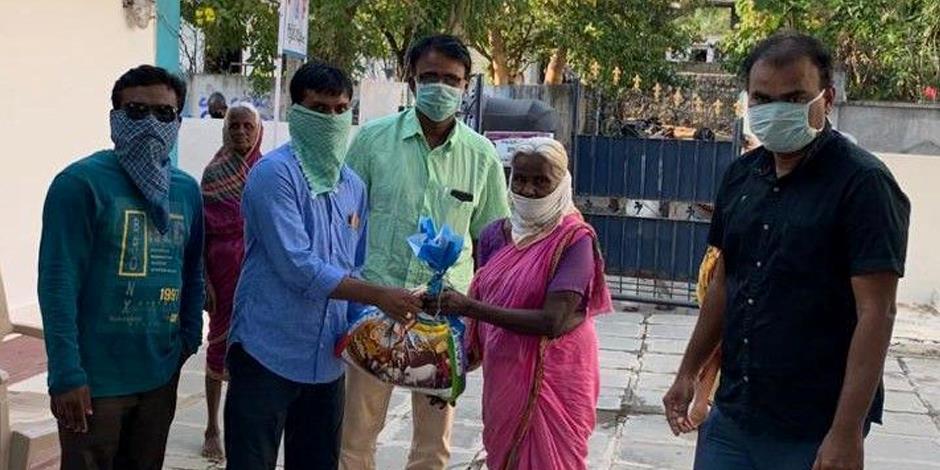 Nödhjälp delas ut till kristna i Indien.