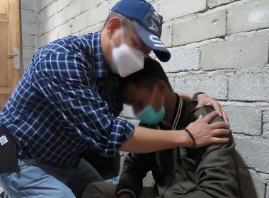 Bro Ari tröstar Parman*, som stötte på två av offren strax innan de mördades.