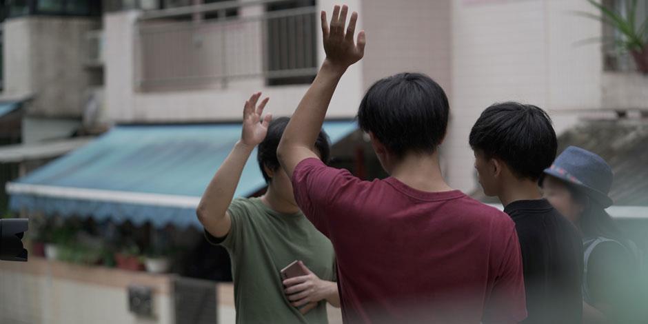 En grupp kristna ungdomar i Kina lovsjunger tillsammans.