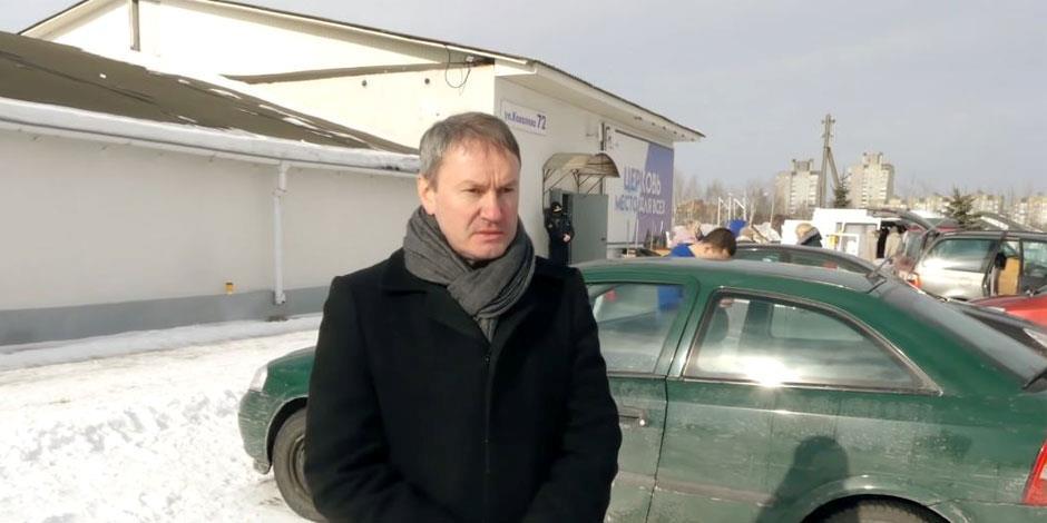 Vyacheslav Goncharenko, pastor i New Life Church, står framför församlingens kyrka efter att de tvingades ut från lokalen tidigare i år (bilden är från ett videoklipp på Youtube).