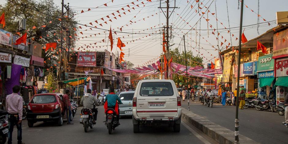 En gata i Chhattisgarh dekorerad i saffransfärger, för att uppmärksamma hinduismens särställning.
