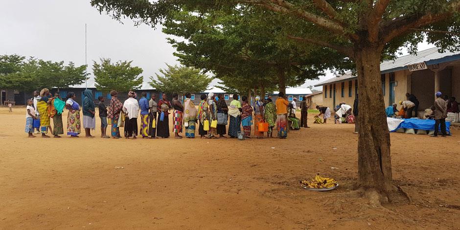 En grupp internflyktingar är samlade. Den islamistiska rörelsen ADF har genom sina brutala attacker drivit tusentals kristna på flykt i Kongo det senaste året (personerna på bilden har inget samband med texten).