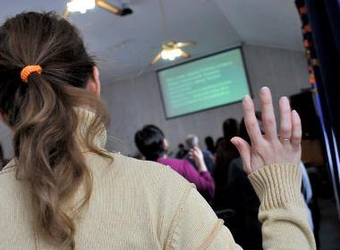Gudstjänst i en registrerad kyrka i Centralasien (personerna på bilden har inget samband med texten).