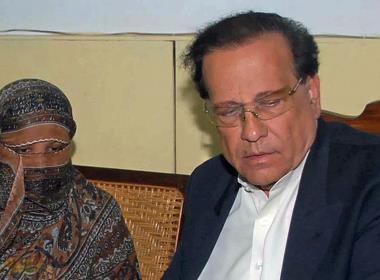Asia Bibi tillsammans med Salmaan Taseer, guvenör för den pakistanska provinsen Punjab. Taseer mördades 2011 efter att han öppet stöttat hennes fall.
