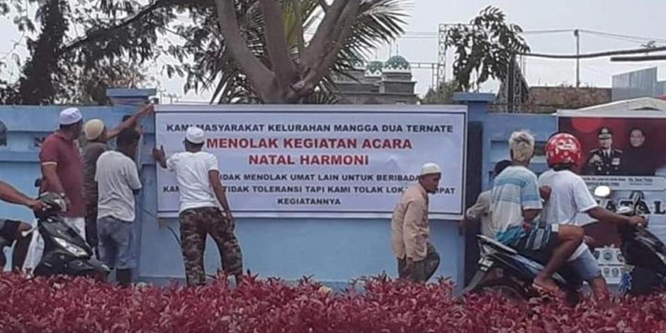 På plakatet står det att invånarna i byn inte går med på att de kristna ska få genomföra ett av sina evenemang.