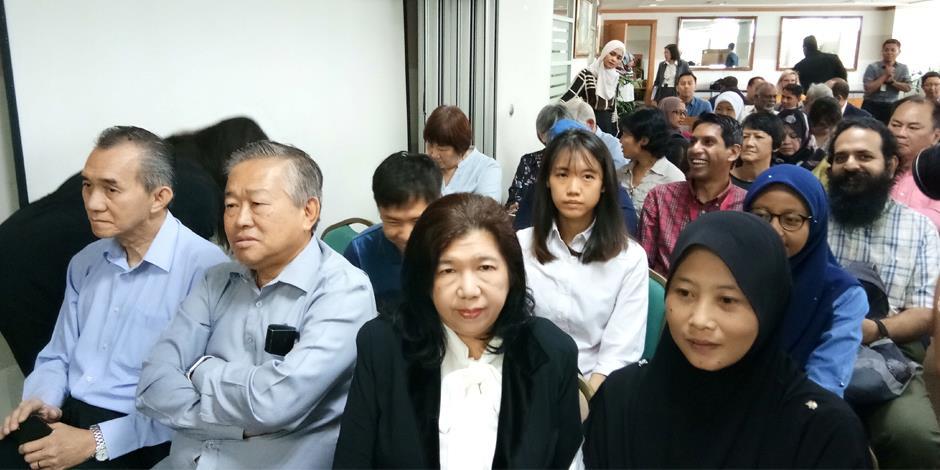 Längst fram till höger: Susanna Koh, gift med Raymond Koh, samt Norhayati Mohd Afriffin, gift med Amri Che Mat, i väntan på utlåtandet från kommissionen för mänskliga rättigheter i Malaysia (SUHAKAM).