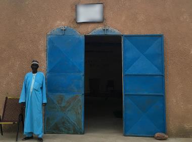 En man utanför en kyrka i Västafrika. (Personen på bilden har inget samband med texten).