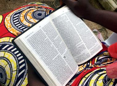 En kvinna i Västafrika läser Bibeln.