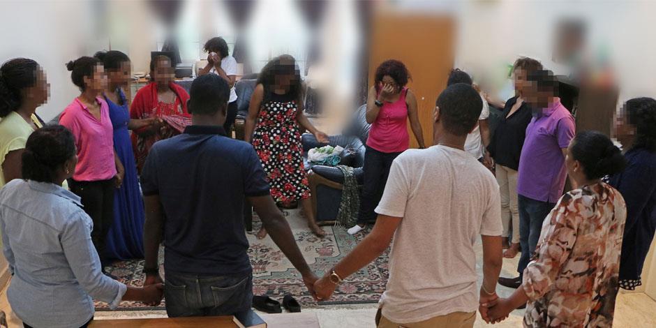 Kristna i bön under en hemlig gudstjänst i Eritrea (personerna på bilden har inget samband med texten).