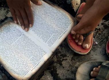 Den 22 augusti blir en ny FN-dag som uppmärksammar offren för religiöst motiverat våld. Bilden visar resterna av en bibel, efter att extremister satt eld på en kyrka i södra Indien. Indien är ett av de länder där våldet mot religiösa minoriteter ökat.