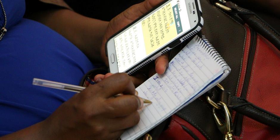 Bibelstudier med digital bibel bland Eritreas kristna (bilden har inget samband med artikeln). .