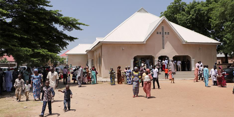 En kyrka i Yola, nordöstra Nigeria. Området har attackerats av Boko Haram vid ett flertal tillfällen (personerna på bilden har inget samband med texten).
