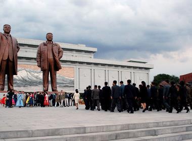 Det finns mellan 30 till 50 000 monument till familjen Kims ära i Nordkorea, där Kim-familjen betraktas som gudar.
