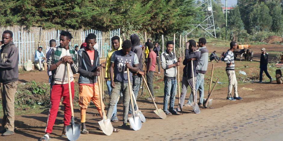 Dagarbetare i Addis Abeba, Etiopien, väntar på att bli anställda. För alla dem som får jobb från dag till dag blir läget snabbt allvarligt, när deras arbeten försvinner till följd av restriktioner och nedstängningar för att stoppa spridningen av corona.