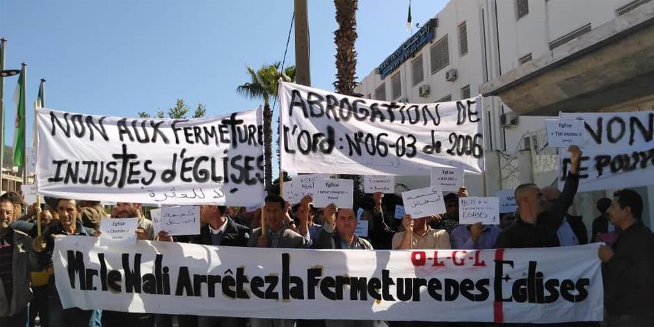 Demonstranter protesterar mot nedstängningarna av kyrkor i Algeriet.