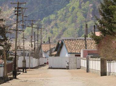 En av städerna i norra Nordkorea, vid gränsen mot Kina.