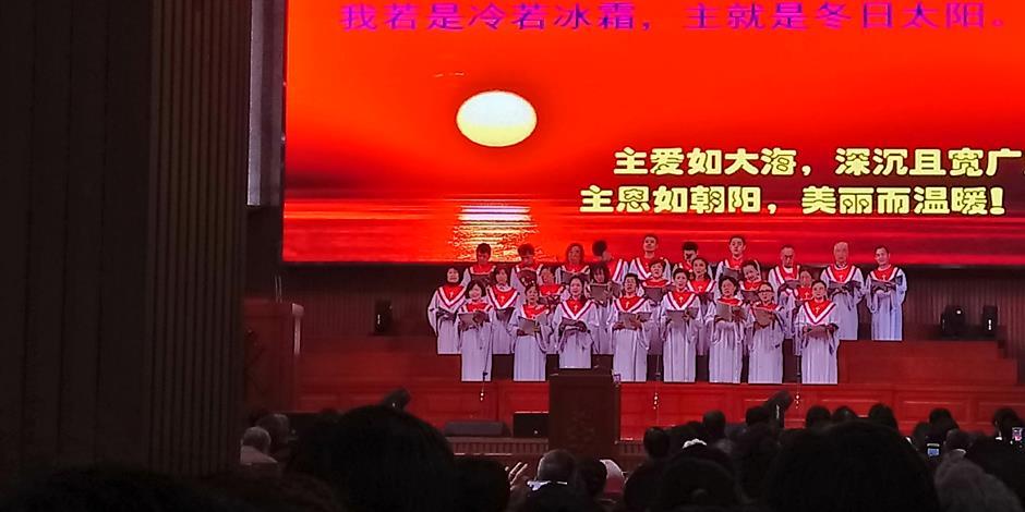 En kyrkokör sjunger under en söndagsgudstjänst i en av de statligt godkända Tre själv-kyrkorna i Kina.