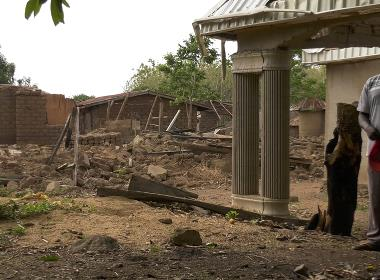 En man i delstaten Kaduna står framför sitt hem som förstördes i en fulaniattack 2017.Tusentals kristna har dödats i fulaniattacker i norra Nigeria de senaste åren.