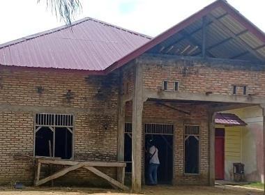 Pastorsbostaden är udne ruppbyggnad, men nu vill myndigheterna att bygget stoppas.