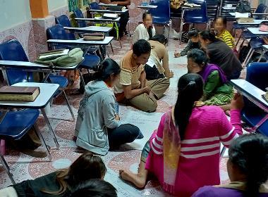 Deltagare i sjukvårdskursen diskuterar undervisningen i smågrupper.
