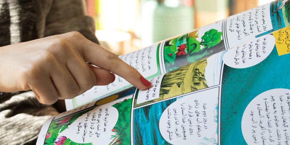 Mitra visar oss den nya barntidningen som hon arbetar med. Syftet med den är att involvera kristna iranska barn i församlingslivet.