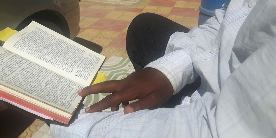 Farah, 43, lever ensam, något som är ovanligt i Somalia, där släkten har stor betydelse. Här visar han sin favoritbibelvers från Matteus fem.