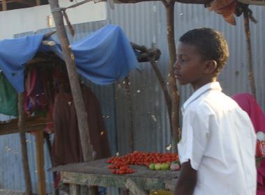 En östafrikansk tonåring på väg till skolan (personen på bilden har inget samband med texten).