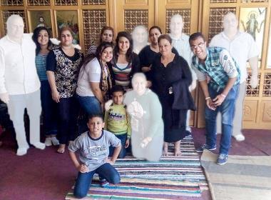 16 personer från släkten Shehata skulle umgås tillsammans, bilden togs på morgonden den 2 november. Då visste de inte att bara tio av dem skulle återvända. Sex personer från familjen samt busschauffören dödades i en attack. Foto: Privat