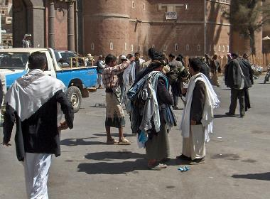 Människor på en gata i Jemens huvudstad Sana'a (människorna på bilden har inget samband med texten).