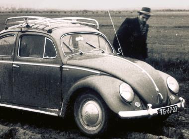 Broder Andrew med sin Volkswagen-bubbla på resa i Jugoslavien 1955.