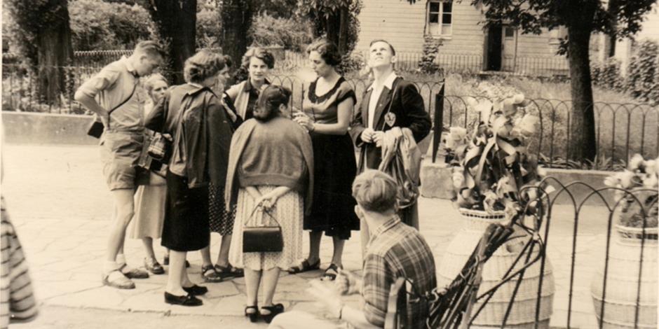 Broder Andrew (mannen som tittar upp på bilden) under sin första resa i Polen 1955. På hans kavajslag sitter en dekal med texten