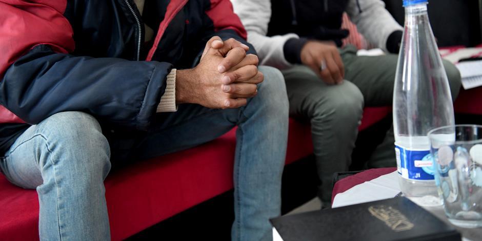 En husförsamling möts i ett nordafrikanskt hem.