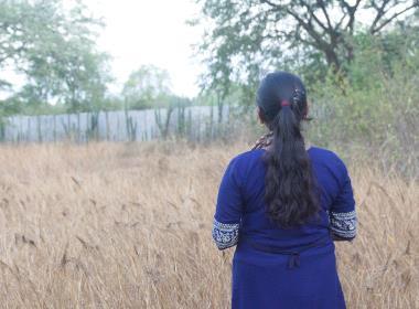 Rupas pappa vill i dag inte ha någon kontakt med henne. Han accepterar inte att hon övergav planerna på ett fint jobb som revisor, för att istället arbeta i en församling.