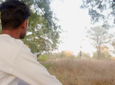 Genom en samarbetspartner till Open Doors kan Gagan studera vidare. Här sitter han på campusområdet.